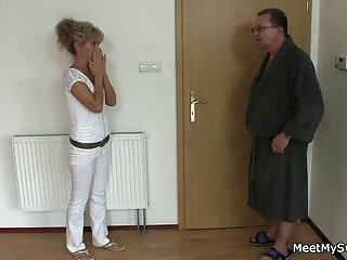 牛は18歳です。 あなたはドアで私を知っています。 動画 無料 女性 著しく